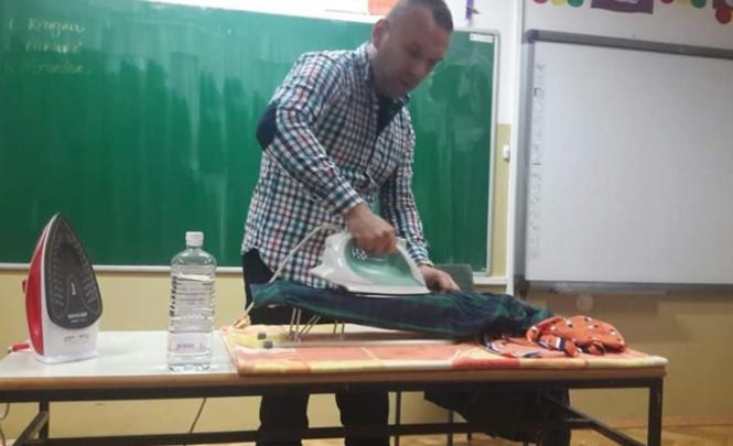 Prizor koji ne vidimo često u školama: Učitelj učio đake da peglaju