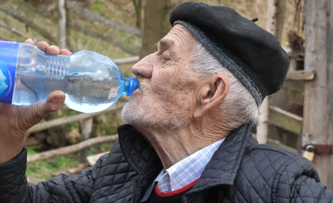 Fenomen iz Busovače: Mustafa Imamović ima 87 godina i dnevno pije 10 litara vode, dok je bio mlađi mogao je popiti čak 30 litara dnevno!