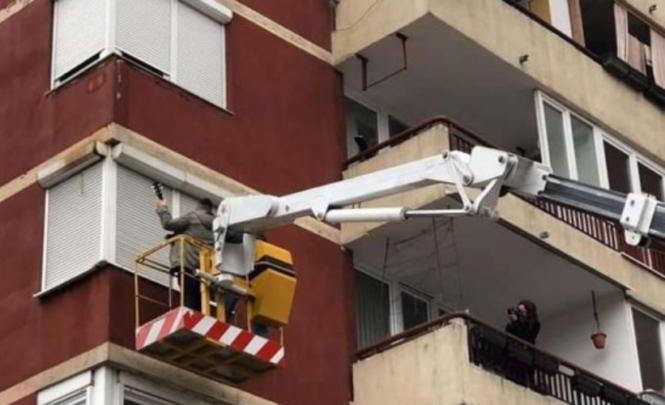 Nevjerovatna prosidba u BiH: Na dizalici s tamburašima zaprosio djevojku na četvrtom spratu