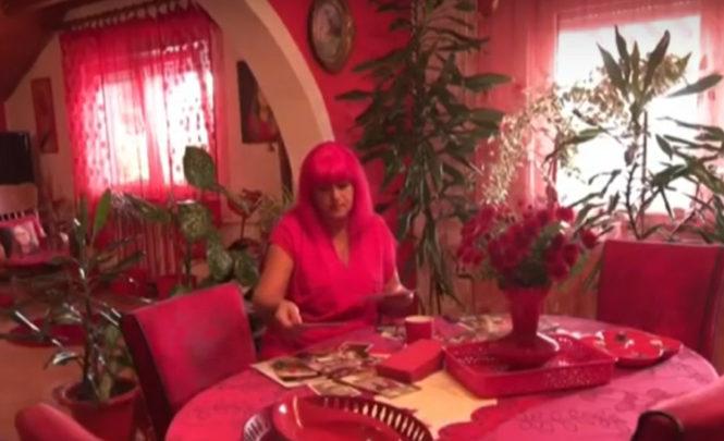 """Tuzlanka uživa život u crvenoj boji: """"U crvenom boravim, crveno je uvijek na meni, u crvenom spavam, iz crvenog jedem i pijem, sve mi je crveno"""""""