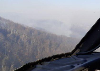 Helikopter Oružanih snaga BiH drugi dan gasi požar kod Prozora