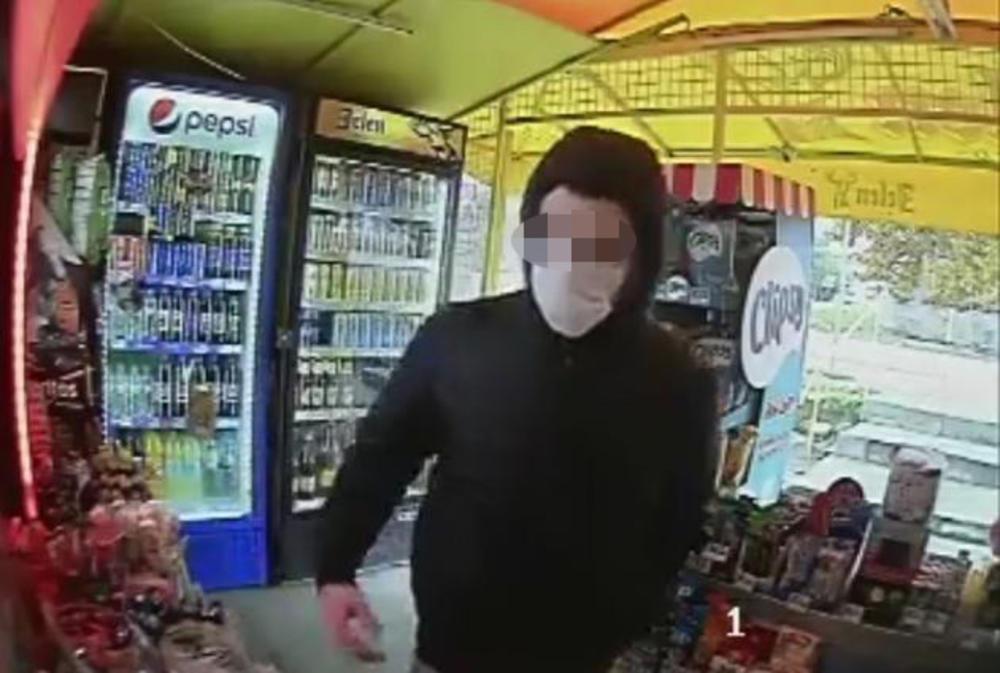 Policajac snimljen kako pljačka trafiku u Zrenjaninu: Kolege ogorčene, strpale ga iza rešetaka